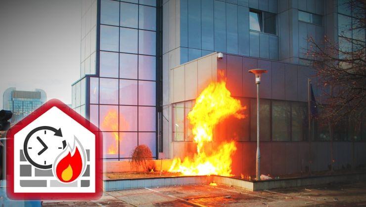 Edificio en llamas que muestra la resistencia al fuego de elementos constructivos